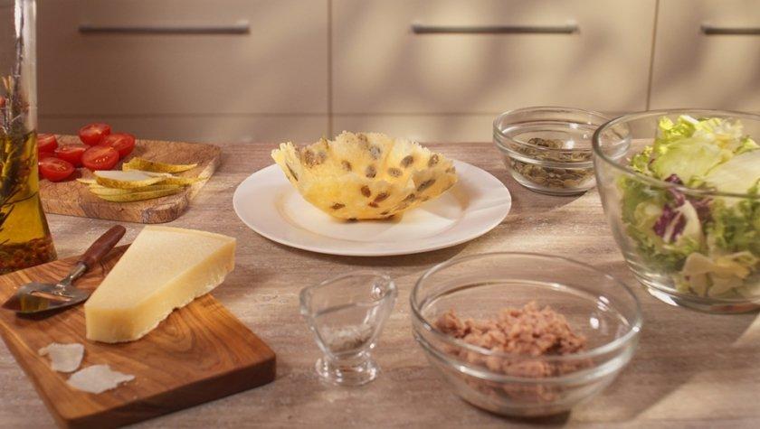 Закуска с тунцом в сырной корзинке